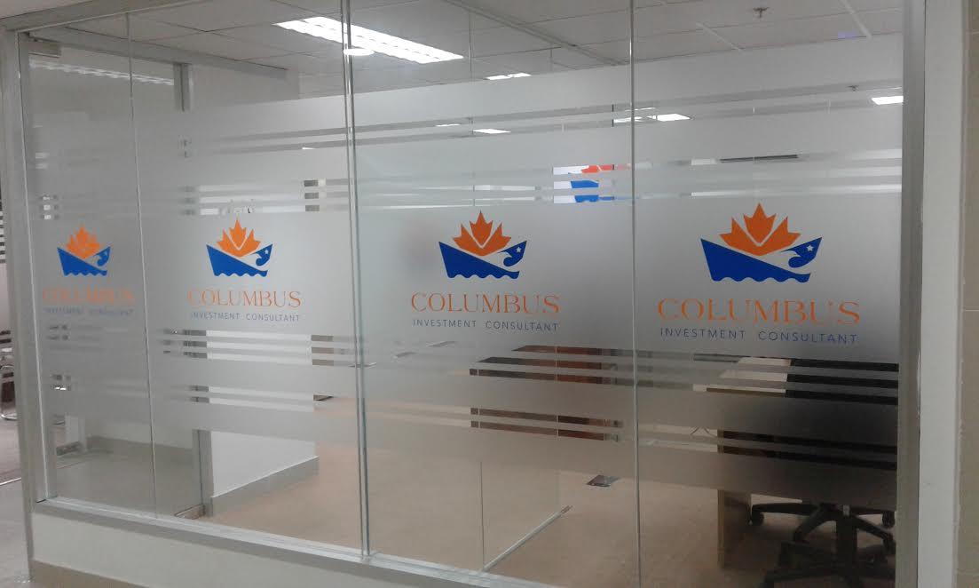 In logo theo yêu cầu lên giấy dán kính mờ